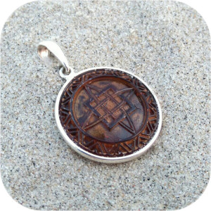 Оберег серебряный с орнаментом «Квадрат Сварога в янтаре»